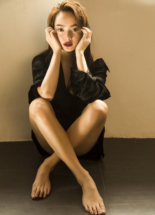 So với các mỹ nhân Vbiz khác, Kaity Nguyễn lép vế chiều cao với số đo 1,5 m. Tuy nhiên hình thể nóng bỏng của cô nàng thì chẳng thua ai. Mỹ nhân lai thường xuyên thực hiện những bộ hình sexy, khoe vòng một bốc lửa và đôi chân thon gọn.