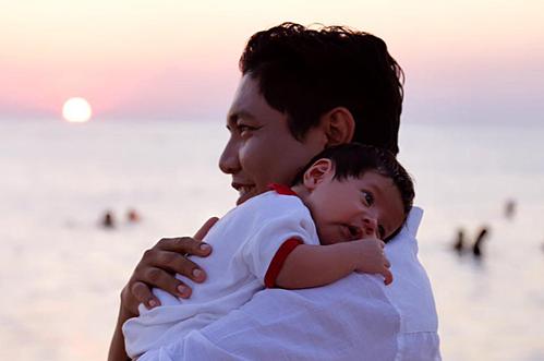 Đức Thịnh ẵm con cu Tết, con trai thứ hai tại đảo Phú Quý.
