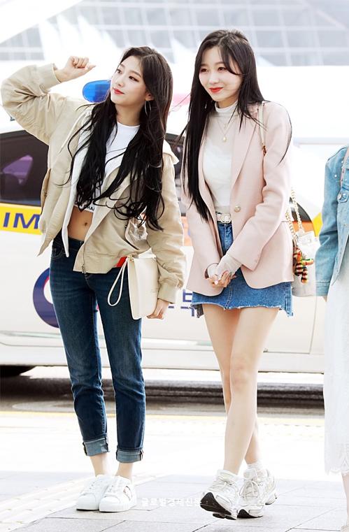 Các cô gái Lovelyz xuất hiện ở sân bay với trang phục mát mẻ. Yein khoe vòng eo với áo crop top, Su Jeong có set đồ đậm chất nữ sinh gồm chân váy denim, áo khoác hồng xinh xắn.