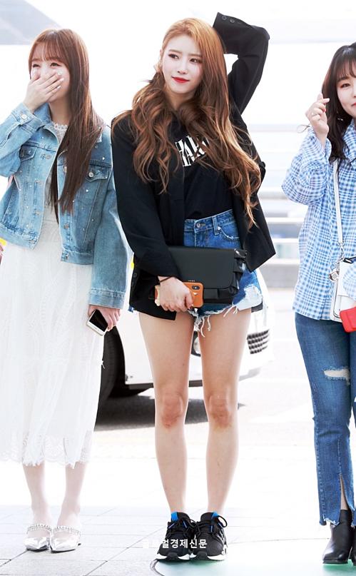 Mi Joo luôn là cô gái có cách tạo dáng nổi nhất. Áo vest, quần short rách tiện dụng và đủ giúp cô nàng nổi bần bật ở sân bay. Kei lại đốn tim fan nam bằng vẻ nữ tính với váy ren trắng.