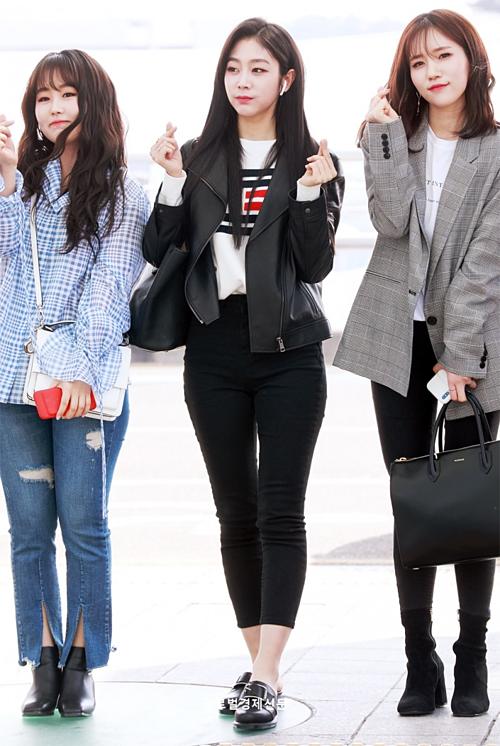 Ji Soo cá tính với áo da, set đồ đen trắng tối giản.