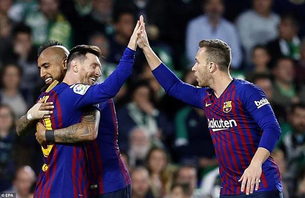 Messi và đồng đội ăn mừng bàn thắng.