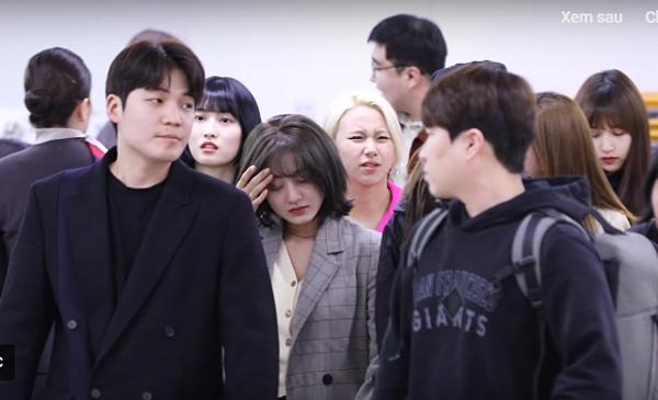 Ji Hyo bật khóc ở sân bay.