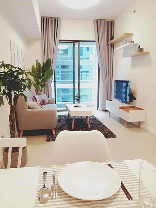 Phòng khách và phòng ăn liền kề nhau với đầy đủ tiện nghi. Ngô Thanh Vân trang trí thêm cây cảnh, tạo không gian thoáng đãng cho căn hộ.