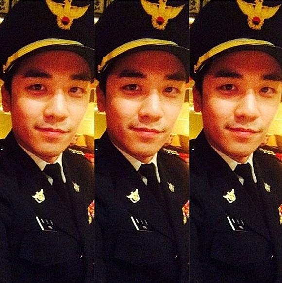 Bức ảnh Seung Ri mặc đồng phục cảnh sát đã bị xóa.