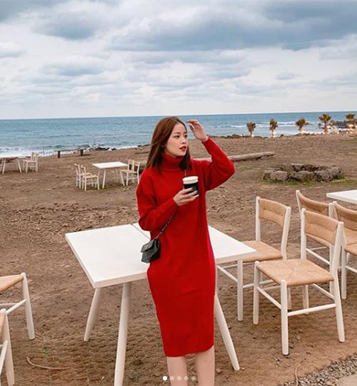 Chiếc váy len đỏ được Chi Pu diện trong chuyến đi chơi Hàn Quốc gần đây được rất nhiều cô gái Việt lùng mua theo. Giá của món đồ xinh xắn này là 600k.