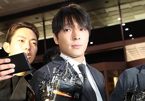 Choi Jong Hoon vẫn đi like dạo dù đang bị điều tra.