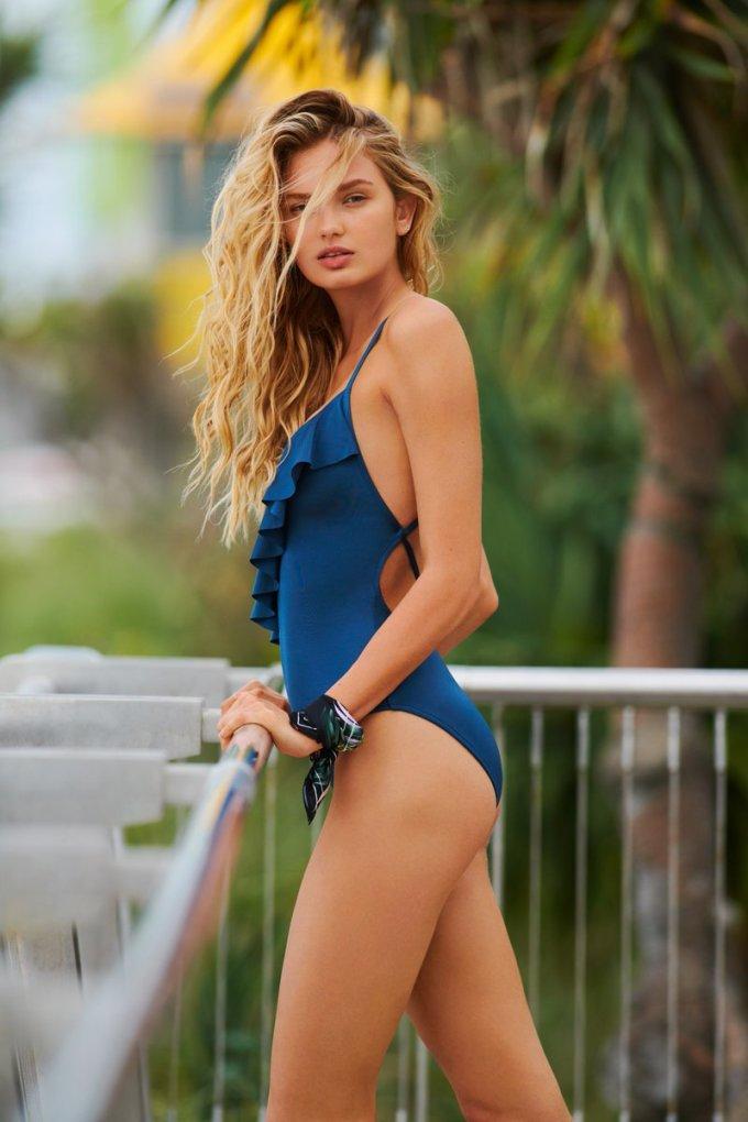<p> Romee Strijd là người mẫu Hà Lan sinh năm 1995, gia nhập hội thiên thần từ năm 2015. Cô có vẻ đẹp đậm chất cổ điển châu Âu vừa ngọt ngào lại vừa sexy.Romee Strijd bắt đầu sự nghiệp người mẫu chuyên nghiệp năm 16 tuổi. Gần đây, cô theo đuổi định hướng trở thành Youtuber chia sẻ về chuyện làm đẹp và phong cách sống.</p>