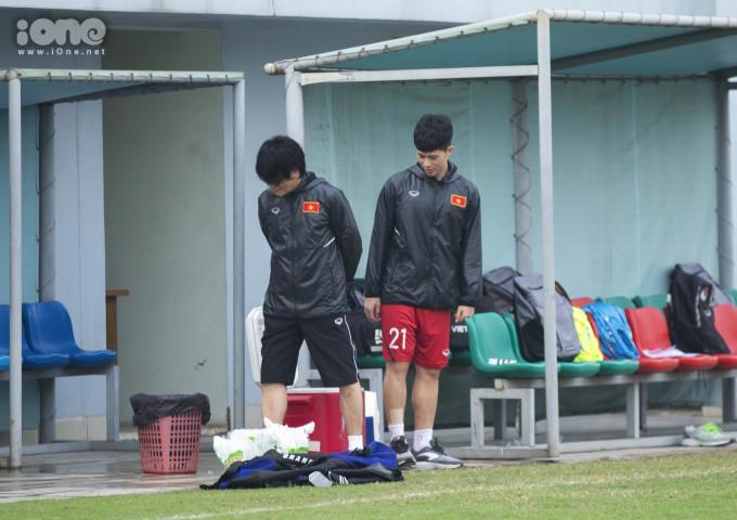 <p> Ra sân cùng lúc với các cầu thủ khác nhưng Đình Trọng được bác sĩ Choi gọi vào phòng chờ.</p>