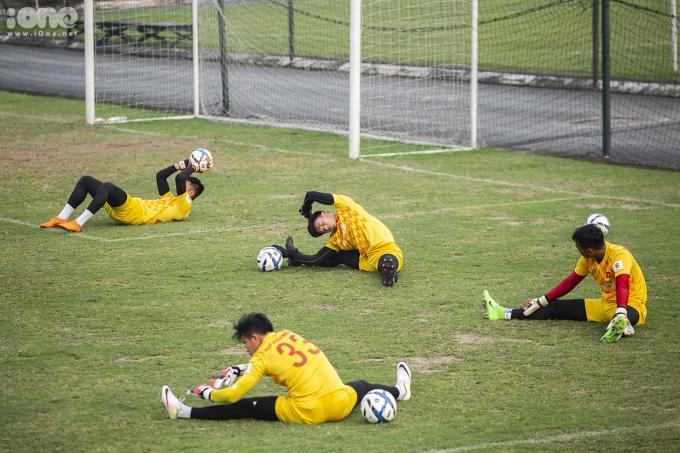 <p> Bốn thủ môn khởi động trước khi bước vào bài tập chuyên môn với HLV thủ môn Nguyễn Đức Cảnh. Thủ môn Bùi Tiến Dũng được thầy Park gọi ra trao đổi riêng.</p>