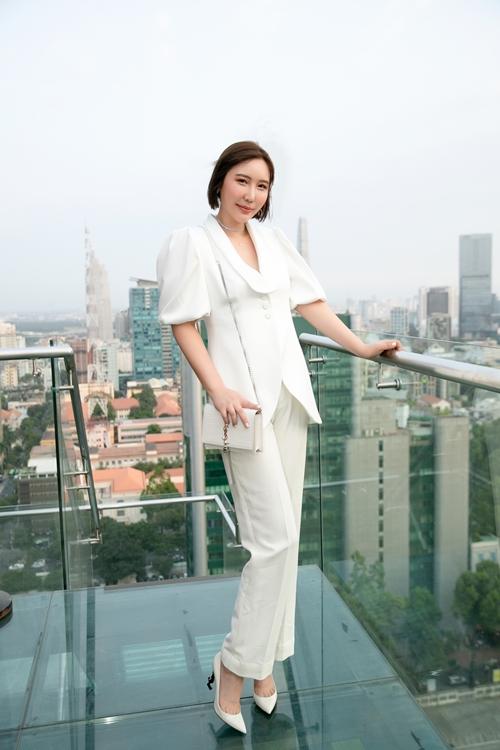 Jmi Ko được khán giả Việt Nam yêu mến qua phiên bản violin Xin chào Việt Nam. Là một nghệ sĩ violin tại Hàn Quốc, Jmi Ko từng lưu diễn ở nhiều quốc gia. Cuối cùng, cô chọn Việt Nam như quê hương thứ hai của mình. Cô sinh sống và làm việc tại TP HCM được gần 10 năm qua.