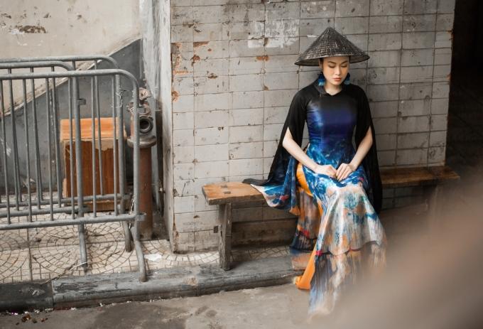 <p> Mẫu áo dài được thiết kế theo phong cách hiện đại châu Âu kết hợp với nét cổ điển phương Đông khiến Tuyết Nga trở nên nổi bật.</p>
