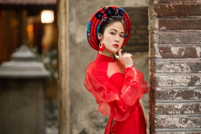 <p> Mẫu áo dài đỏ, chất liệu ren phù hợp với những cô nàng có nước da trắng, yêu thích phong cách gợi cảm.</p>