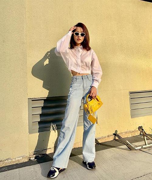 Mẫu quần jeans ống suông rộng giá 600k giúp Chi Pu ăn gian chiều cao hiệu quả. Cô nàng trông càng cao ráo khi kết hợp cùng sơ mi croptop giá 440k.