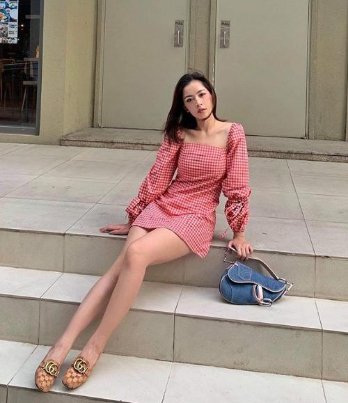 Cô nàng còn sở hữu một mẫu váy tương tự, kết hợp cùng giày Gucci và túi xách Dior.