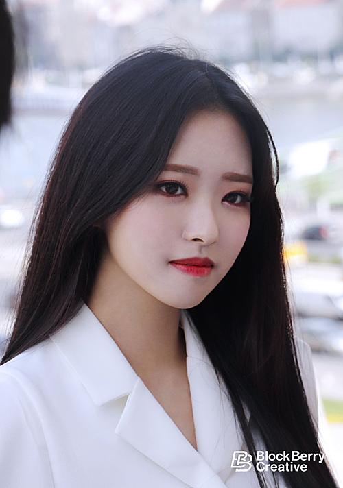 Olivia Hye sinh năm 2001 và chỉ làm thực tập sinh một ngày.