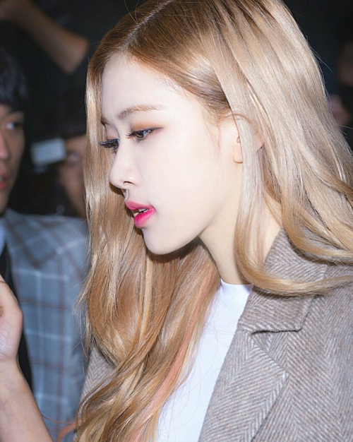 Ngoài cách tô full môi, nữ idol còn áp dụng lối tô son trong đậm ngoài nhạt, giúp màu hồng càng thêm tươi trẻ.