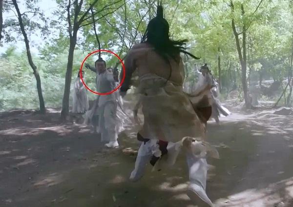 Trong cảnh Đinh Mẫn Quân đọ kiếm pháp với 6 nữ đệ tử phái Nga My, khán giả tinh mắt phát hiện nam diễn viên đóng thế bị lộ mặt trước camera. Từ thân hình và dáng vẻ của những người đang đấu võ khác cũng có thể nhận ra đây đều là đóng thế.