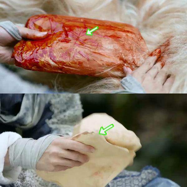 Khi mổ bụng con vượn trắng, Trương Vô Kỵ lôi ra một cái bọc giấy dính đầy máu nhưng một lát sau giấy bọc bỗng trở nên sạch sẽ.