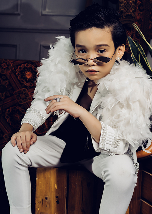 Mới 7 tuổi, Cao Hữu Nhật đã có hơn 2 năm kinh nghiệm làm mẫu và catwalk ở nhiều sàn diễn lớn trong đó có Vietnam International Fashion Week, Canifa Fashion Street, London Signature 2017... Cậu nhóc với gương mặt soái ca và phong cách thời trang cá tính còn từng đạt nhiều thành tích ở các cuộc thi quốc tế như: Nam vương Âu Á 2017, Á vương Hoàng tử và Công chúa thế giới 2017, Ngôi sao ảnh thương hiệu cao cấp thế giới 2018. Cao Hữu Nhật sẽ là một vedette trong bộ sưu tập lần này.