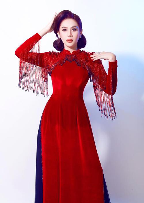 Lâm Khánh Chi duyên dáng trong bộ áo dài đỏ rực.