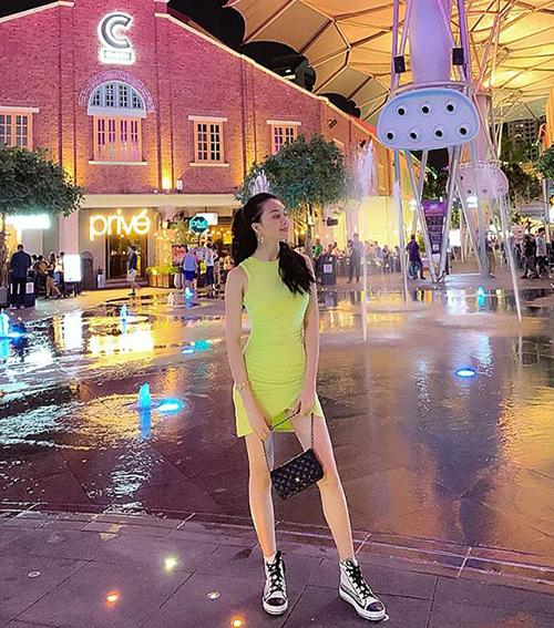 Thiều Bảo Trang sành điệu trên đường phố Singapore.