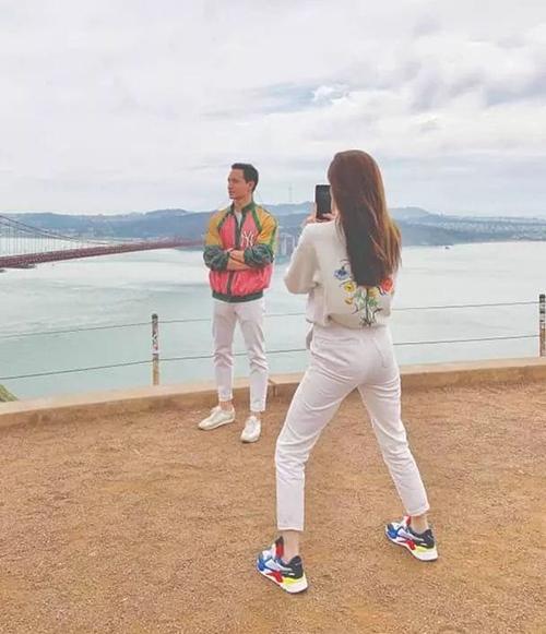 Nữ ca sĩ còn bị tiết lộ ảnh hậu trường chụp hình cho bạn trai rất có tâm.