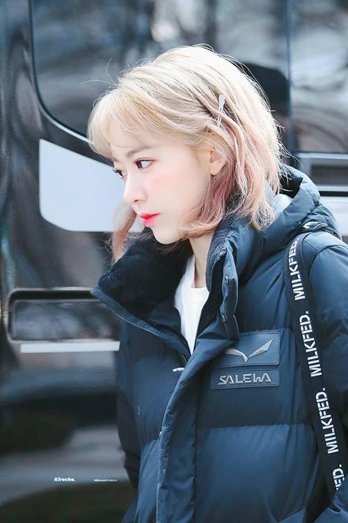 Để chuận bị cho màn comeback vào tháng 4, Sakura quyết định lột xác với mái tóc vàng. Ngoại hình mới của nữ idol nhận được vô số lời khen ngợi, fan nhận xét thành viên IZONE nhìn đáng yêu như búp bê.