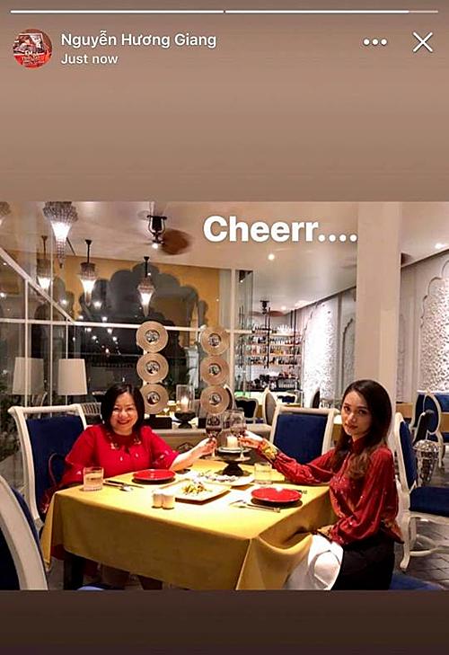 Hương Giang bên bà Trang Lê - giám đốc sản xuất Vietnams Next Top Model.