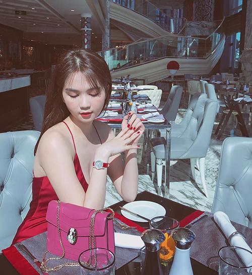 Ngọc Trinh sang chảnh đi ăn cùng bạn.