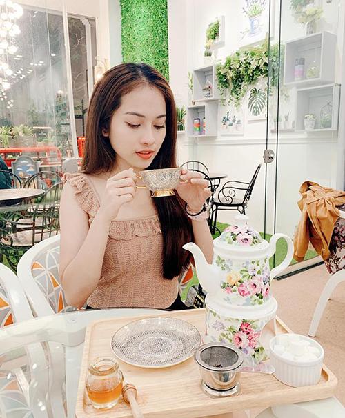 Duyên Sara điệu đà uống trà.