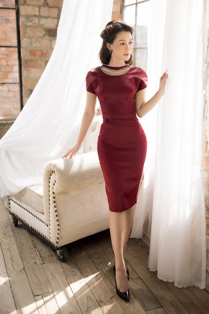 <p> Điểm nhấn trang phục nằm ở họa tiết đính kết trên thân váy.</p>