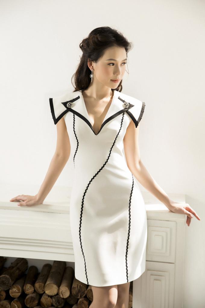 <p> Loạt váy áo bó sát với điểm nhấn phần cổ được khoét sâu trở thành điểm cộng giúp Sam khoe hình thể nóng bỏng.</p>