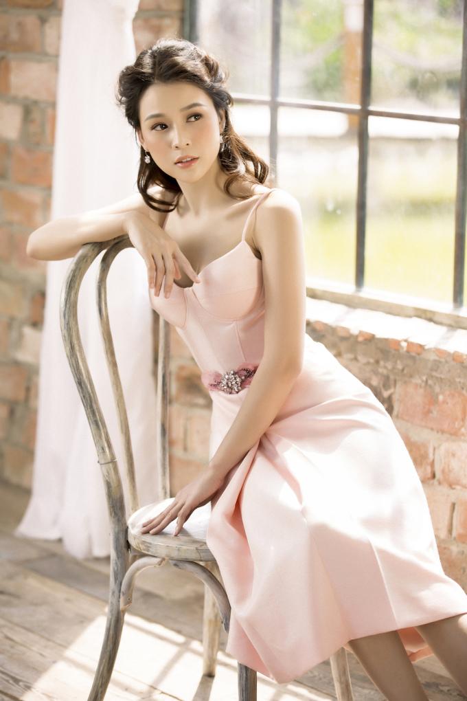 <p> Cô ưu tiên chọn những chiếc váy xòe, váy bó sát để tôn dáng.</p>