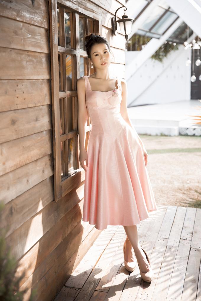 <p> Những chiếc váy xòe với phần cổ cách điệu trễ vai, cúp ngực hoặc sử dụng họa tiết ren đặc trưng tạo nên sự thanh lịch cho diễn viên sinh năm 1990.</p>