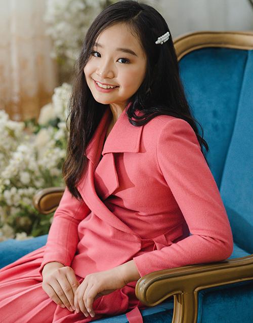 Lee Seo Jin và Lee Seo Yeong là cặp chị em mẫu nhí sinh đôi đến từ Hàn Quốc. Hai cô nhóc sang Việt Nam để có thêm nhiều cơ hội hoạt động trong lĩnh vực người mẫu. Cặp đôi có khả năng catwalk tốt nhờ được đào tạo bài bản, kèm theo đó là phong cách tự tin.