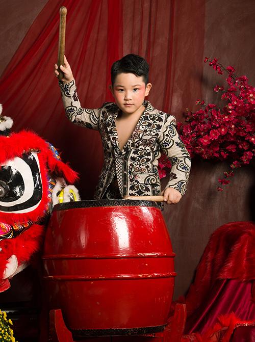 Phú Thái là cái tên khá mới trong làng mẫu nhí Việt. Tuy chưa có nhiều kinh nghiệm catwalk nhưng cậu nhóc vẫn được lựa chọn nhờ có vẻ ngoài lém lỉnh, tự tin.