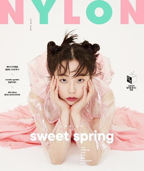 So Hee (cựu thành viên Wonder Girls) khoe nhan sắc trẻ trung trên bìa Nylon. Gần đây, cô đang tham gia bộ phim Welcome to Waikiki 2 cùng Lee Yi Kyung, Kim Sun Ho...