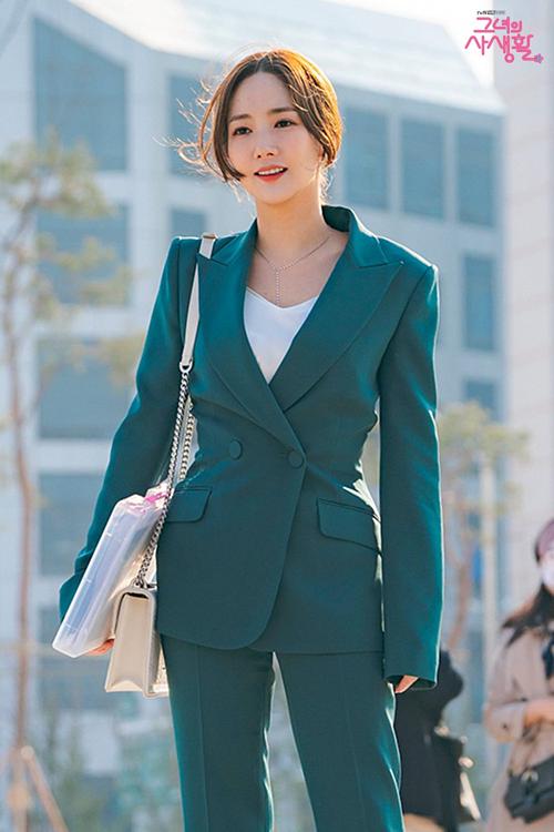 Phong cách thời trang của Park Min Young trong phim cũng hứa hẹn gây sốt như Thư ký Kim sao thế? năm ngoái.