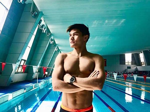 Kenneth To được mệnh danh là hot boy bơi lội nhờ thân hình đẹp dù nhỏ con.