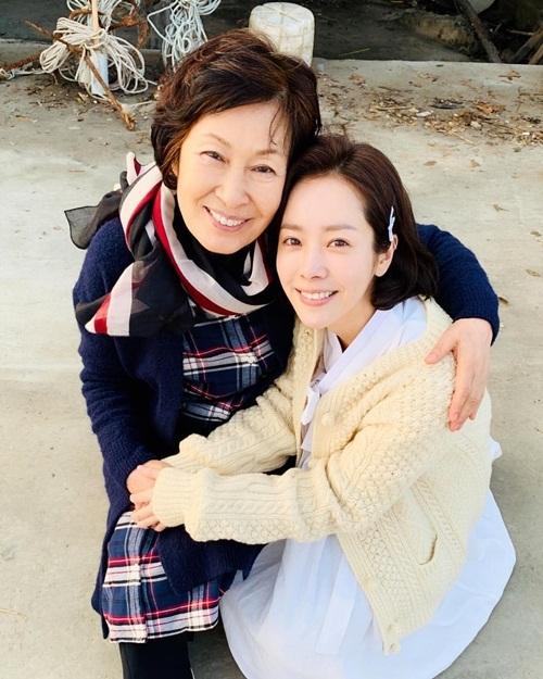 Han Ji Min ôm ấp tình cảm với tiền bối Kim Hye Ja khi có dịp hợp tác trong The light in your eyes.