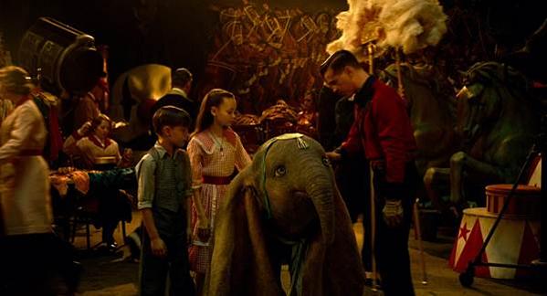 Hình ảnh trong Dumbo vẫn tươi sáng nhưng lại vô cùng độc đáo.