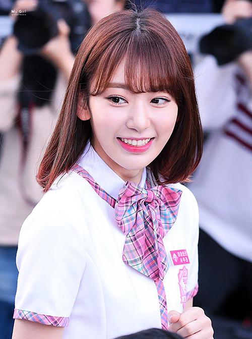 Khi mới tham gia thi Produce 48, Sakura có style tóc đậm chất Nhật Bản, đặc biệt là phần mái dài dày giống những nhân vật trong manga.