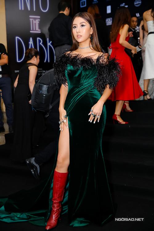 Váy nhung quyến rũ không hợp với một cô gái mới ở độ tuổi 20 như Quỳnh Anh Shyn.