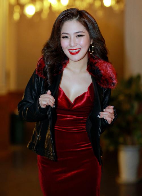 Váy nhung và áo khoác cổ lông cộng hưởng khiến Hương Tràm già dặn hơn.