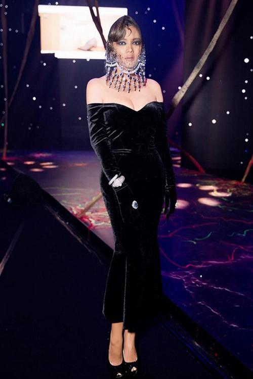 Lý Nhã Kỳ rất ưa chuộng chất liệu nhung vì phù hợp với phong cách sang trọng. Tuy nhiên bộ đầm đen đi kèm mạng che mặt này là một lựa chọn sai lầm của người đẹp.