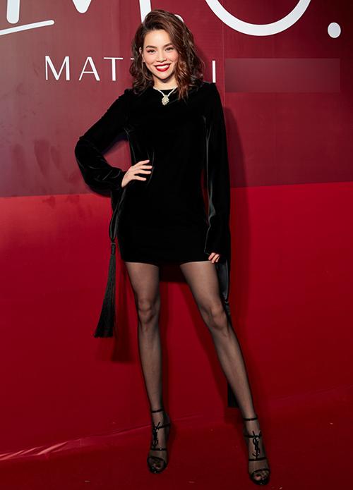 Hà Hồ đầu tư đến 80 triệu đồng để sắm chiếc váy nhung đen của Saint Laurent cho một sự kiện trang trọng. Tuy nhiên bộ đồ trơn màu kết hợp cùng kiểu tóc đánh rối và son đỏ khiến nữ ca sĩ mất đi nét tươi trẻ.