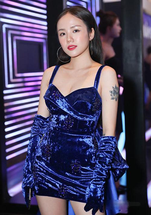 Phương Ly thường được khen ngợi vì 30 tuổi mà trông như 20. Khi diện đồ nhung, cô nàng trở nên đúng tuổi hơn hẳn.