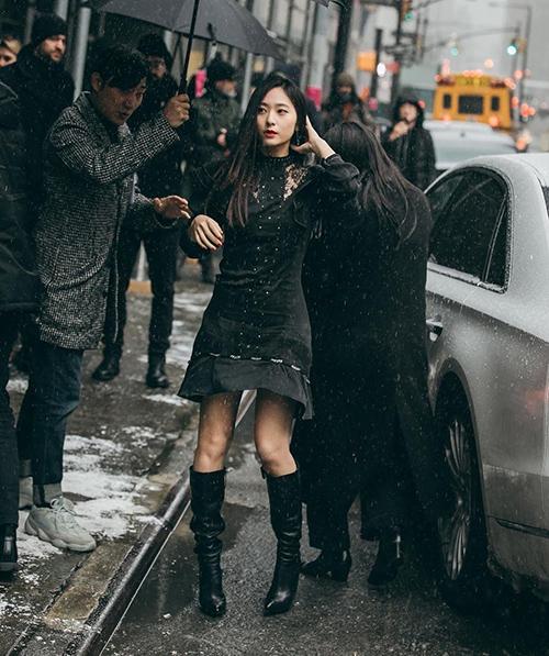 Ở New York Fashion Week Xuân Hè 2019, Krystal là khách mời trong show Coach. Cô nàng chứng minh vẻ cá tính với boots cao đến gối cùng váy đen đáp ren.