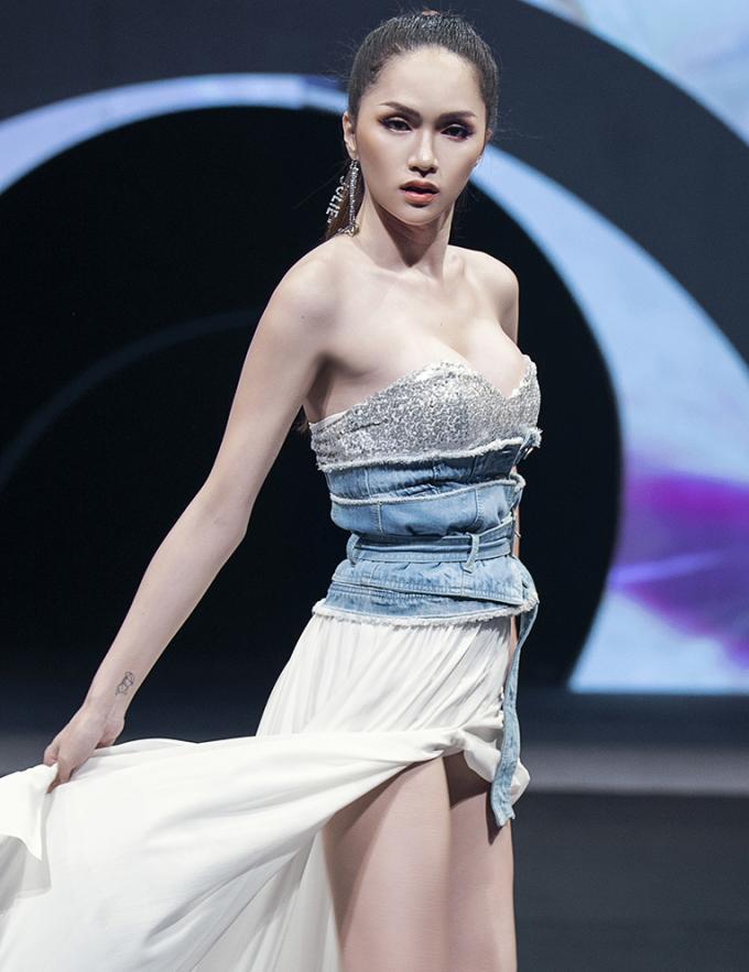 """<p> Những cú hất váy """"có nghề"""" của Hoa hậu chuyển giới cho thấy khả năng catwalk của cô ngày càng được cải thiện.</p>"""